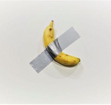 Lipnia juosta prie sienos priklijuotas bananas meno parodoje Majamyje parduotas už 120 000 USD