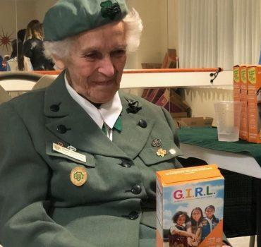 98 metų skautė pardavinėja sausainius net nuo 1932 m.